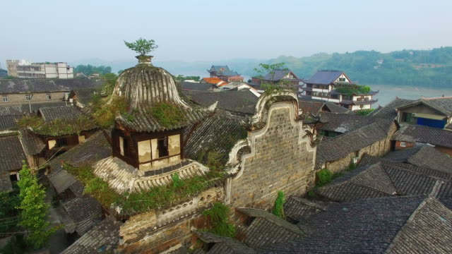 ws aerial shot of traditional architecture of lizhuang village nearby changjiang river,sichuan,china. - コケ点の映像素材/bロール