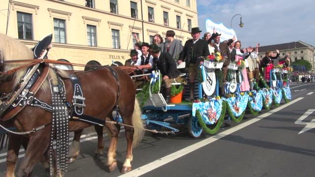 ms ts shot of traditional costume parade in oktoberfest / munich, bavaria, germany - pferdeantrieb stock-videos und b-roll-filmmaterial