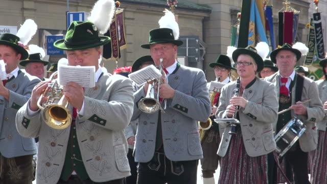 ms shot of traditional costume parade in oktoberfest / munich, bavaria, germany - 金管楽器点の映像素材/bロール