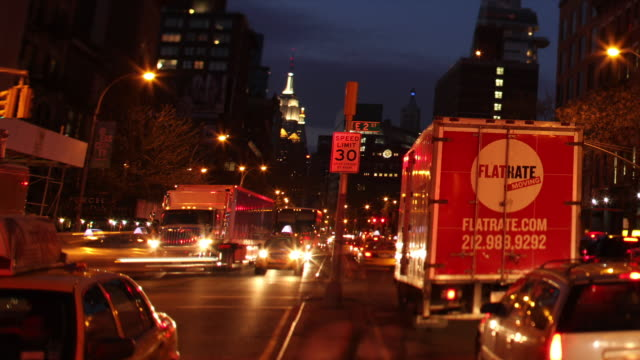 vídeos de stock e filmes b-roll de ms t/l shot of traffic at intersection of e 2nd street in bowery neighborhood during night / new york ,united states - 2013