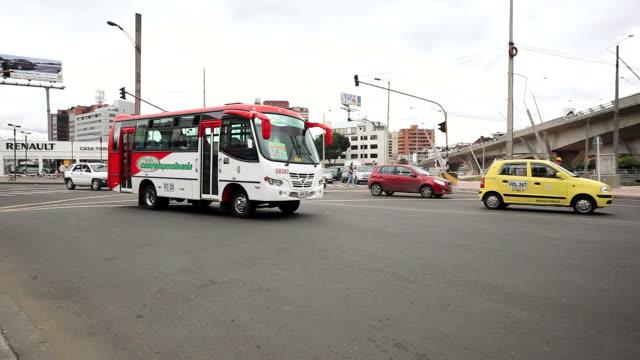 vídeos de stock e filmes b-roll de ws shot of traffic flows at a busy intersection / bogota, colombia - táxi