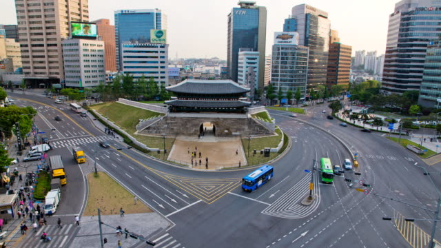 ms t/l shot of traffic moving around sungnyemun gate / seoul, south korea   - besichtigung stock-videos und b-roll-filmmaterial
