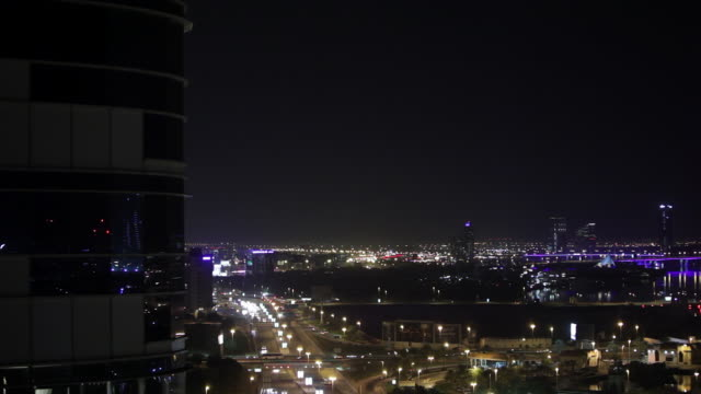 ms r/f shot of traffic moving on road at night in cityscape / dubai, united arab emirates - aufblenden stock-videos und b-roll-filmmaterial