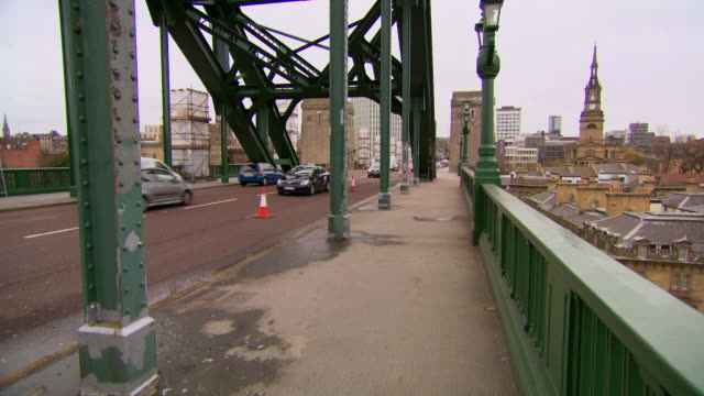 ms shot of traffic moving on tyne bridge / newcastle upon tyne, tyne and wear, united kingdom - newcastle upon tyne stock-videos und b-roll-filmmaterial