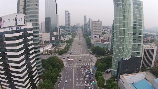 shot of traffic moving on yeongdongdaero road and korea world trade center - 金融関係施設点の映像素材/bロール