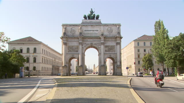 ms shot of traffic passing near siegestor / munich, germany - triumphal arch stock videos & royalty-free footage