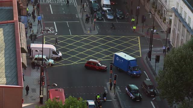 vídeos de stock e filmes b-roll de ms t/l shot of traffic passing through junction on euston road / london, united kingdom  - road junction