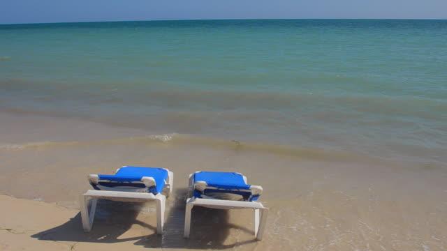 vídeos de stock, filmes e b-roll de cu shot of trinidad cuba ocean relax in chairs on beach with waves for holidays in caribbean / trinidad, cuba - espreguiçadeira