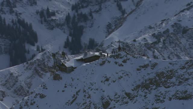 ms aerial ts zi shot of trolley station on mountain in allgau alps / oberstdorf, bavaria, germany - 50 sekunder eller längre bildbanksvideor och videomaterial från bakom kulisserna