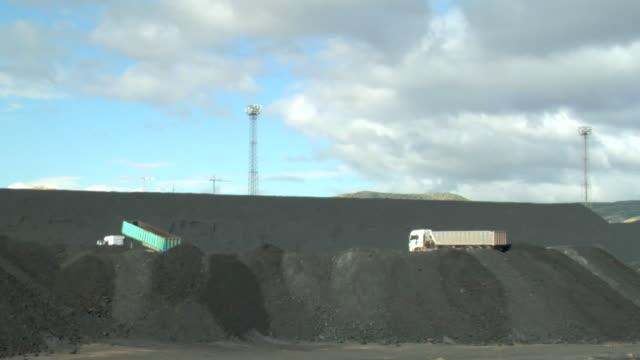 vídeos y material grabado en eventos de stock de ws shot of trucks unloading coal / teruel, spain - comunidad autónoma de aragón