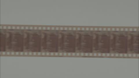 vidéos et rushes de shot of turning developed film rapidly - pellicule photo