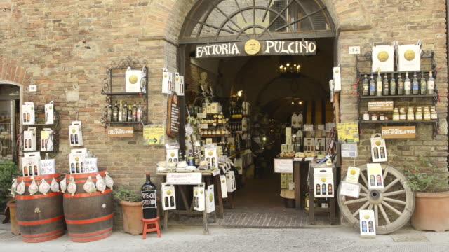 ms shot of tuscany delicatessen store / montepulciano, tuscany, italy - stahlfass stock-videos und b-roll-filmmaterial