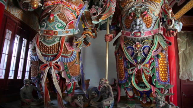 ms tu shot of two heavenly kings god of buddhism in temple / xian, shaanxi, china - figura maschile video stock e b–roll