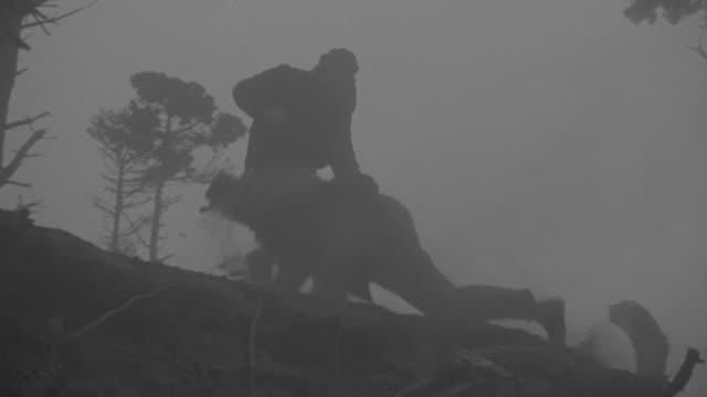 vídeos de stock e filmes b-roll de ms la ts pan shot of two people fighting at mountain hill - bandido