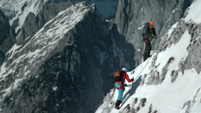 LD Aufnahme von zwei Bergsteiger Klettern via ferrata im winter