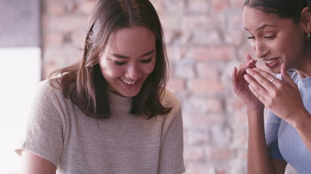 vídeos y material grabado en eventos de stock de foto de dos mujeres jóvenes tomando café en un café - amistad femenina