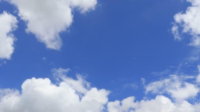 vídeos de stock, filmes e b-roll de disparado de várias formações da nuvem de encontro ao céu azul - só céu
