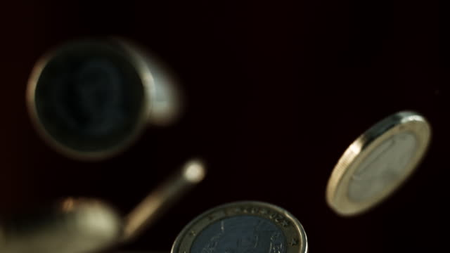 vídeos de stock, filmes e b-roll de cu slo mo shot of various euro coins falling and bouncing  - moeda