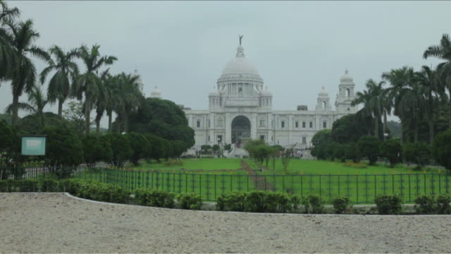 ws shot of victoria memorial / kolkata, west bengal, india - victoria memorial kolkata stock videos and b-roll footage