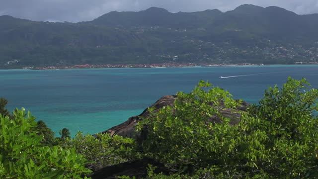 vídeos de stock, filmes e b-roll de ws pan shot of view of mahe from st anne island / praslin, seychelles - seychelles