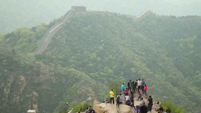 ws ha shot of view of tourists on great wall at badaling / beijing, china - badaling great wall stock videos & royalty-free footage
