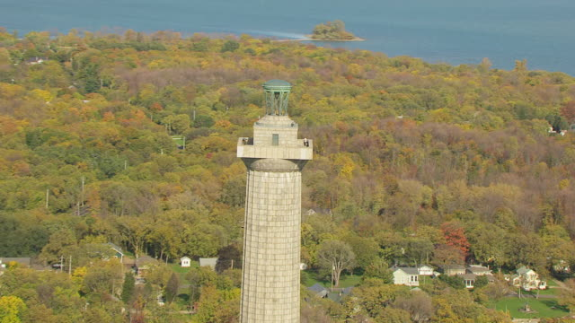 ws ts zi aerial shot of visitor at top of perry's monument at south bass island by lake erie / ohio, united states - lago erie video stock e b–roll