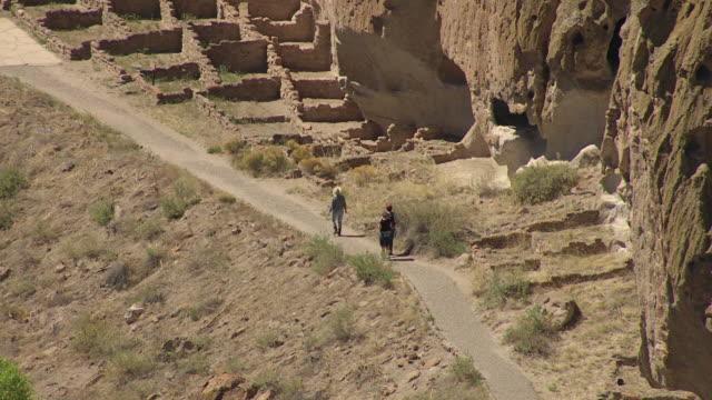 vídeos y material grabado en eventos de stock de ms aerial shot of visitors walking by ruins at bandelier national monument / new mexico, united states - monumento nacional