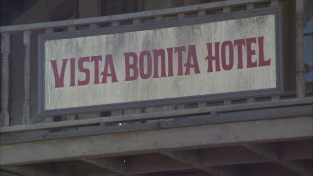 vídeos de stock e filmes b-roll de cu td shot of vista bonita hotel - escrita ocidental