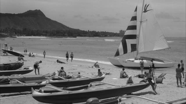 ms shot of waikiki beach at diamond head / honolulu, hawaii, united states - 1960年点の映像素材/bロール