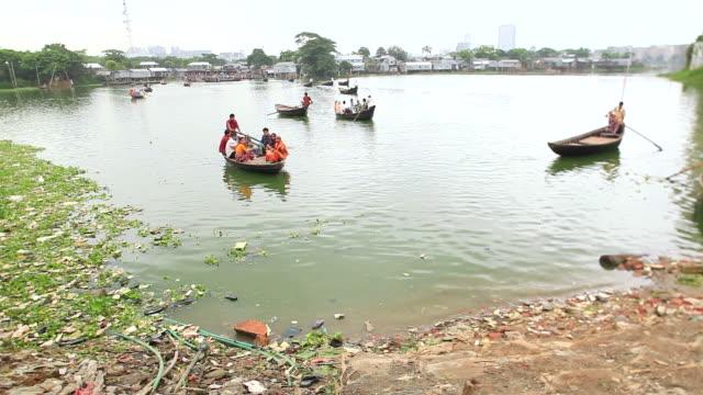 ws shot of water taxi approaching towards shore carrying passengers at korail slum / dhaka, bangladesh - bangladeshi culture stock videos & royalty-free footage