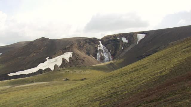 vídeos de stock, filmes e b-roll de cu aerial shot of waterfall in landmannalaugur / iceland - islândia central