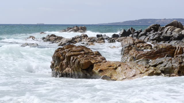 vidéos et rushes de ms shot of waves crashing against granit rock formation / propriano, corsica, france - granit