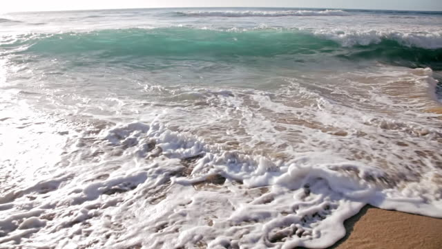 cu shot of waves crushing to sandy beach / polihe beach, kauai hawaii, united states - insel kauai stock-videos und b-roll-filmmaterial