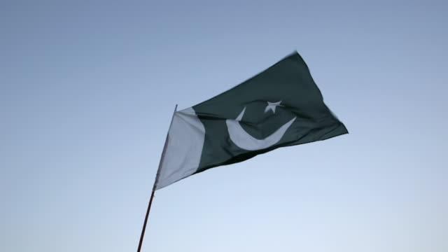 shot of waving flag / old city of lahore punjab pakistan - punjab pakistan bildbanksvideor och videomaterial från bakom kulisserna