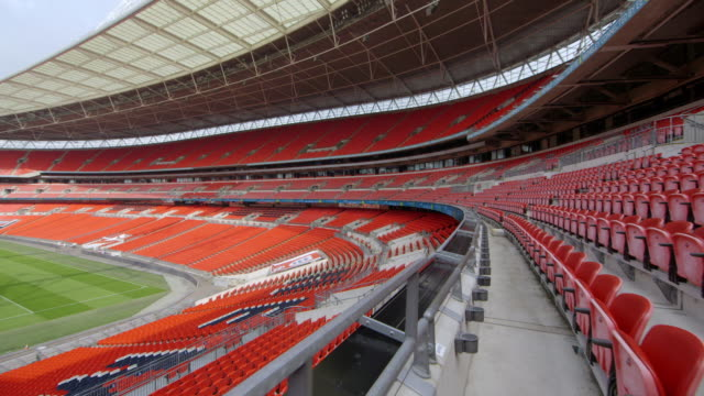 vídeos de stock e filmes b-roll de ws ts pan shot of wembley stadium interior from mid tier seating / london, london, united kingdom - campo de futebol