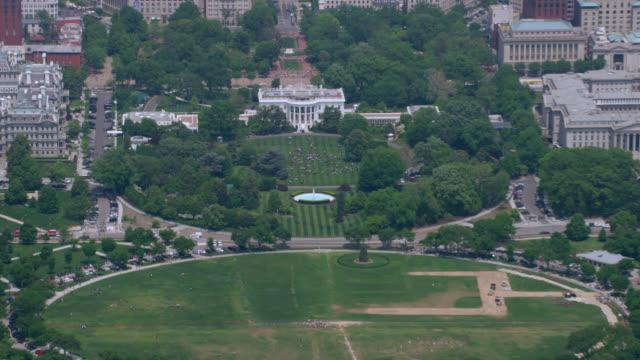 """ha ws zo aerial shot of white house with washington monument / washington dc, united states"" - la casa bianca washington dc video stock e b–roll"