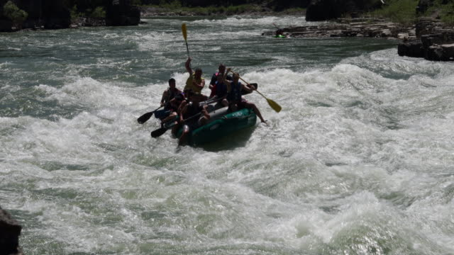 ws 4k shot of white water rafters on the snake river, wyoming - スネーク川点の映像素材/bロール