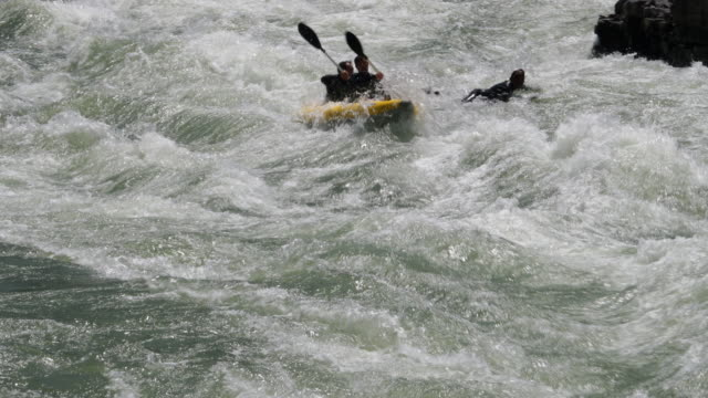 ws 4k shot of white water rafters/kayakers on the snake river, wyoming - スネーク川点の映像素材/bロール