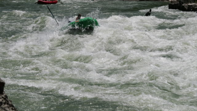 vídeos y material grabado en eventos de stock de ws 4k shot of white water rafters/kayakers on the snake river, wyoming - río snake