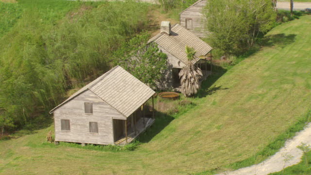 ms aerial shot of whitney plantation and slave cabins / louisiana, united states - sklaverei stock-videos und b-roll-filmmaterial