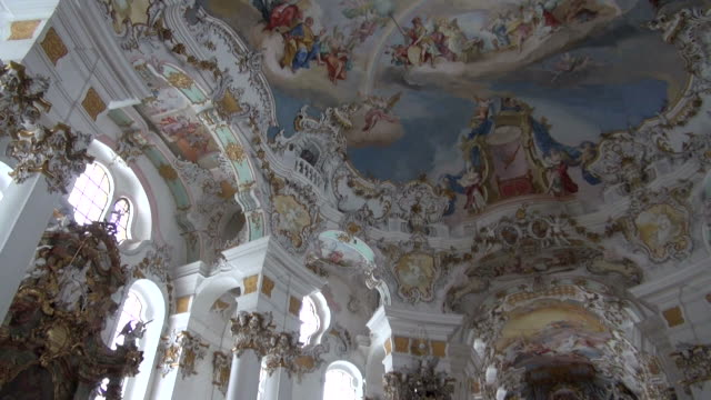 stockvideo's en b-roll-footage met ms pan shot of wieskirche church, pfaffenwinkel / steingaden, bavaria, germany - vrouwelijke gestalte
