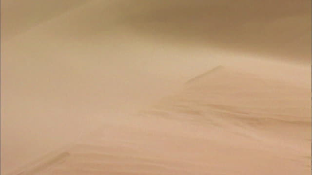 shot of wind blowing sand in the sahara desert, north africa - マリ点の映像素材/bロール