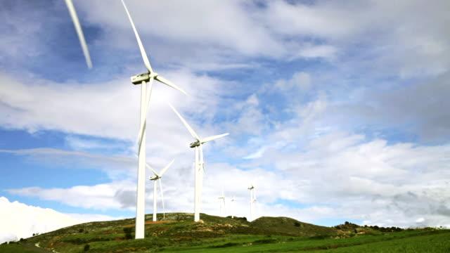 ws shot of wind turbines in motion / ardales, andalucia, spain - einige gegenstände mittelgroße ansammlung stock-videos und b-roll-filmmaterial