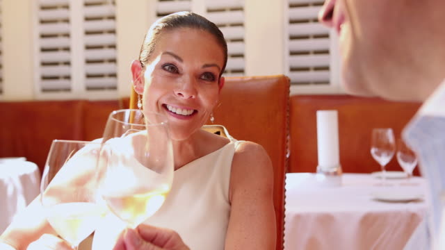 vídeos de stock, filmes e b-roll de cu shot of woman drinking wine with her date at restaurant / santa fe, new mexico, united states - de braços dados