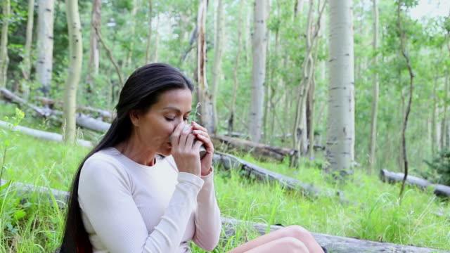 vídeos y material grabado en eventos de stock de ms tu shot of woman having drink in woods / santa fe, new mexico, united states - una mujer de mediana edad solamente