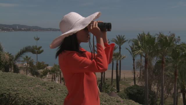 vídeos de stock e filmes b-roll de shot of woman looking with binoculars. - só uma mulher de idade mediana