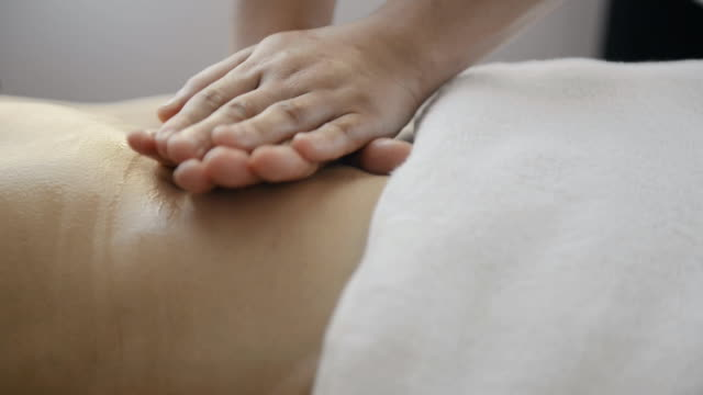 cu shot of woman receiving oil massage / kyoto, japan - ボディケア点の映像素材/bロール