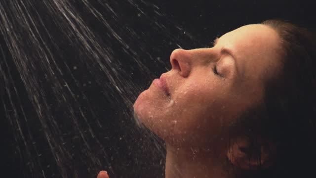 vídeos y material grabado en eventos de stock de cu shot of woman showering - parte del cuerpo humano