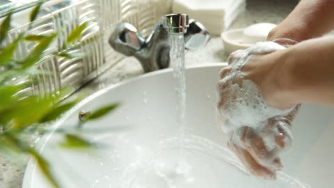 vidéos et rushes de cu slo mo shot of woman's hands being washed in sink / united kingdom - laver