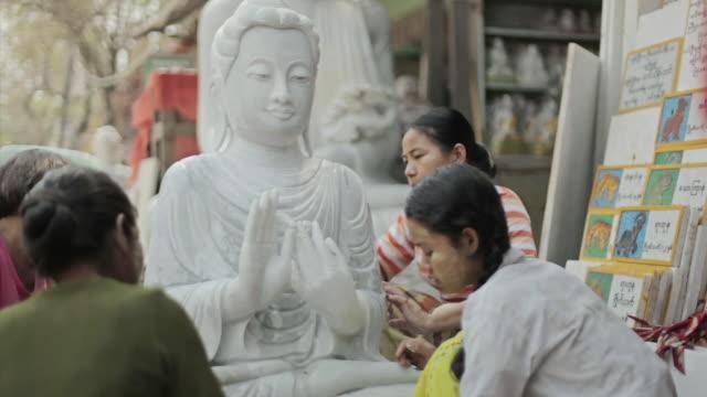 vídeos de stock e filmes b-roll de ms shot of women washing a white buddah statue  / mandalay, mandalay division, myanmar - figura masculina
